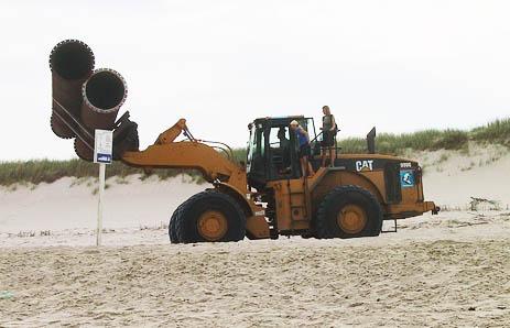Sandvorspülung Sylt - Bagger bringen die Rohre zum Strand.