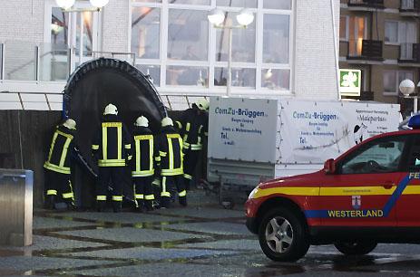 Feuerweht beim Einsatz vor dem Woyton in Westerland (Sturm über Sylt)